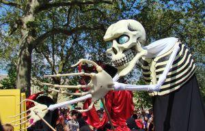 Tijdens het zomercarneval in Berlijn proberen ze elk jaar weer de kwade geesten te verdrijven. Foto: MK