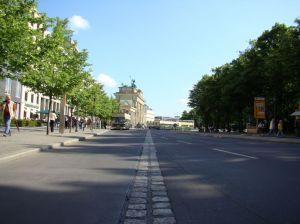 Een spoor van klinkers wijst je de weg door de stad langs de Muur. hier van Rijksdag naar Brandenburger Tor