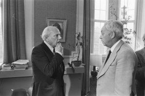 Cornelis van den Belt van het CPB met premier Joop den Uyl
