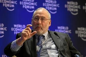 Nobelprijswinnaar voor de economie Joseph Stiglitz vindt dat Duitsland uit historisch besef de Grieken uit de brand moet helpen