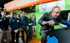 Minister Kamp probeert een record te breken op de  beurs van Hannover, Foto Brainport