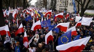 De afgelopen weken werd er in Poolse steden massaal geprotesteerd tegen de dictatoriale trekjes van de nieuwe regering