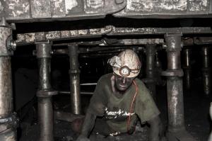 In de Paskov-mijn zijn de kolen top, maar omdat het een hele dunnen laag is moet er gekropen worden om ze uit de grond te halen. Dat jaagt de kosten omhoog