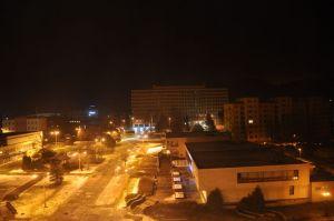 Het een beetje troosteloze uitzicht 's avonds uit mijn hotel tegenover de fabriek