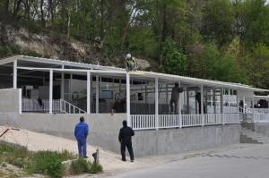 In Varna waren ze in mei nog druk bezig met het opbouwen van de strandpaviljoens, Foto MK