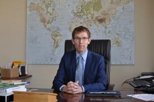 Bas Bakker in zijn bureau in Warschau, Foto MK